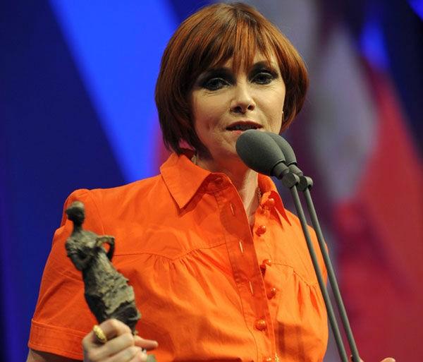 Cathy Dennis holding an award