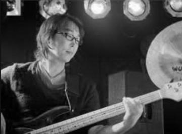 Hoonjoo Na playing bass